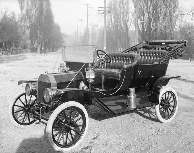 Ford Model T von 1910 auf Reifen, denen noch kein Ruß begesetzt wurde.