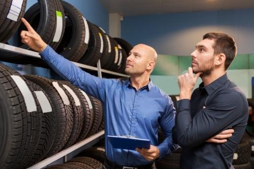 Reifenhändler werden | Darstellung von Reifen im Regal | reifen-vor-ort.de