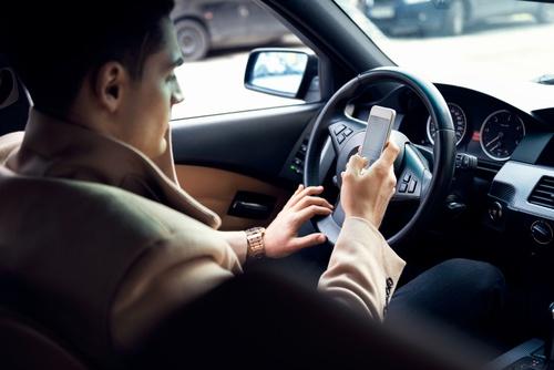 Während der Fahrt das Handy am Ohr: Nach Auffassung der Bundesregierung findet die bestehende Vorschrift zu wenig Beachtung. Deshalb wird das Bußgeld erhöht.