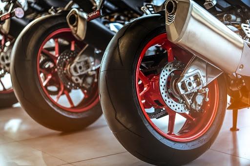 Motorradreifen wechseln: Mit diesen Kosten musst du rechnen