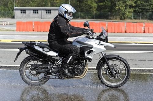So fahren Sie mit dem Motorrad sicher bei Nässe und Regen