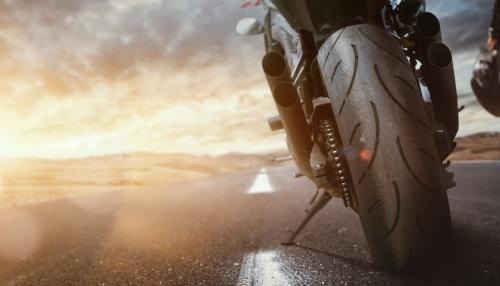 Motorradreifen rechtzeitig wechseln – Motorrad auf Straße