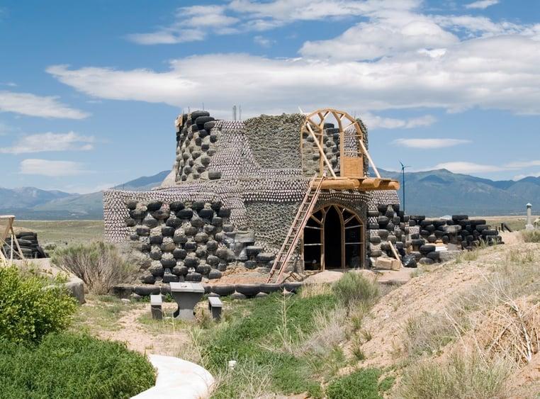 Nachhaltige Earthship-Häuser aus alten Autoreifen.jpg