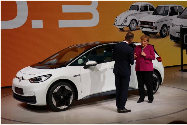 Das Angebot an E-Autos wächst: Kanzlerin Angela Merkel auf der IAA am Stand von VW vor dem ID.3 mit dem VW Vorstandsvorsitzenden Herbert Diess. Foto: Peter Schmidt