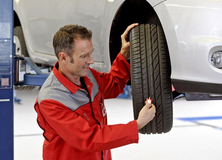 Wichtig: Beim Reifenwechsel und Einlagern die Profiltiefe messen.