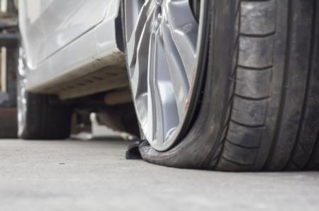 Zu Reifenluftdruck kann zu Reifenschäden und Unfällen führen – lassen Sie es nicht so weit kommen.