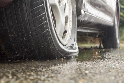Reifenplatzer - wie reagieren?