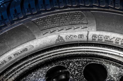 Auch Ganzjahresreifen benötigen die gesetzlich vorgeschriebene Kennzeichnung M+S sowie das Alpine-Symbol mit Schneeflocke.