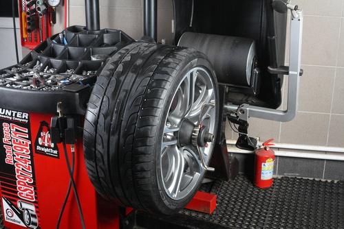 Reifen Auswuchtmaschine in der Fachwerkstatt